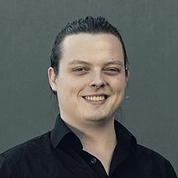 Bilde av Adrian. Han utvikler digitale læringsløsninger.